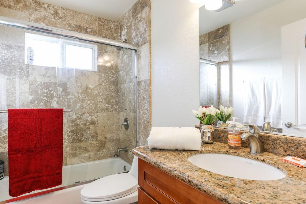 Comfort Condo, 2 Bedrooms - Bathroom
