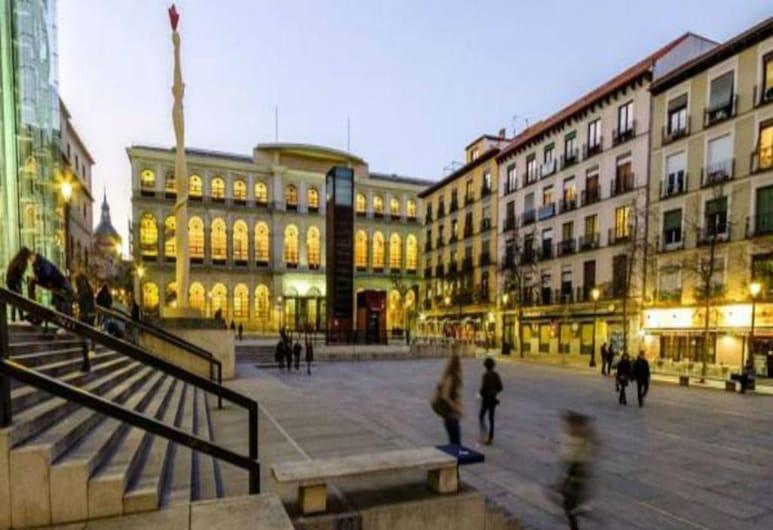 MC YOLO Apartamento Museo Reina Sofia II, Madrid, A szálláshely homlokzata – este
