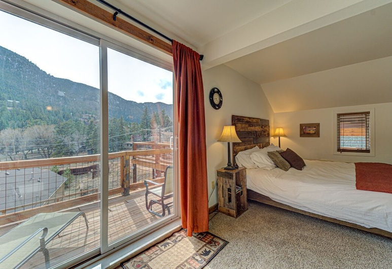 The Green Mountain Falls Lodge, Green Mountain Falls, King Bed and Queen Futon with 2 person in room Jacuzzi Tub , Living Area