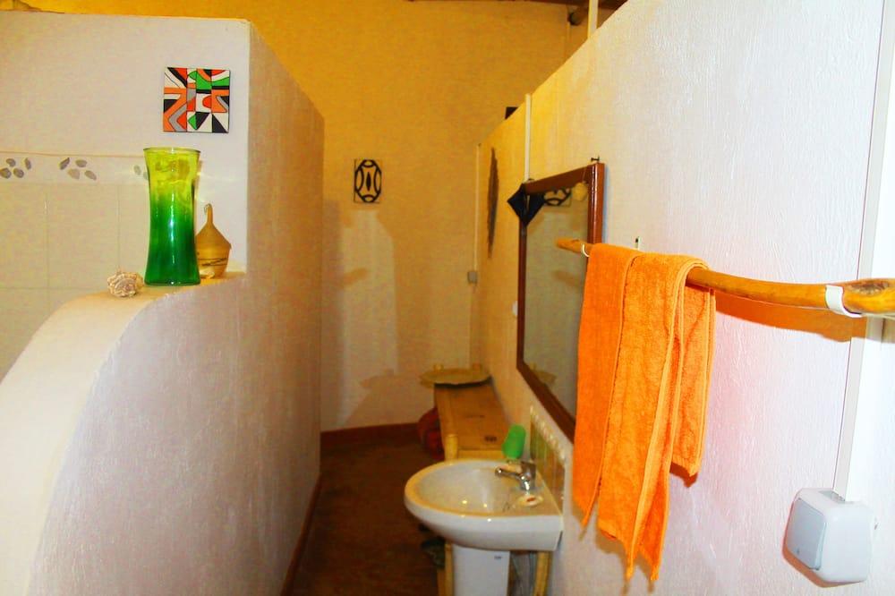 منزل صغير عادي - حوض الحمام
