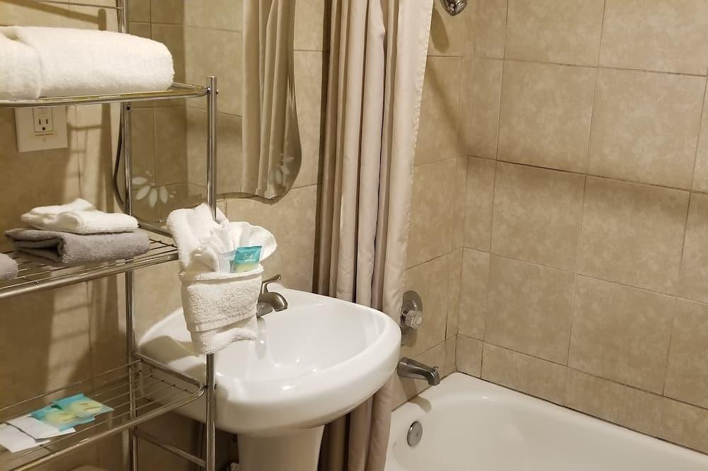 Comfort-Einzelzimmer, 1 Queen-Bett, Kühlschrank und Mikrowelle, Parkblick - Badezimmer