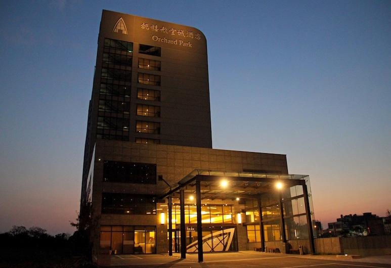 Hotel Orchard Park-New Wing, Taoyuan City, Viešbučio fasadas vakare / naktį