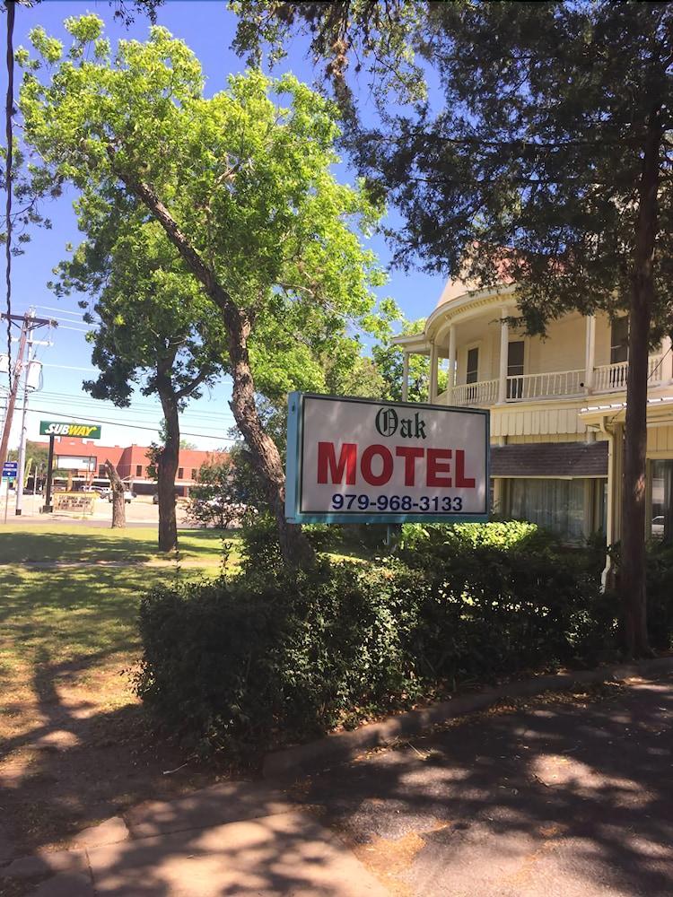 The Oak Motel La Grange Hotel Front