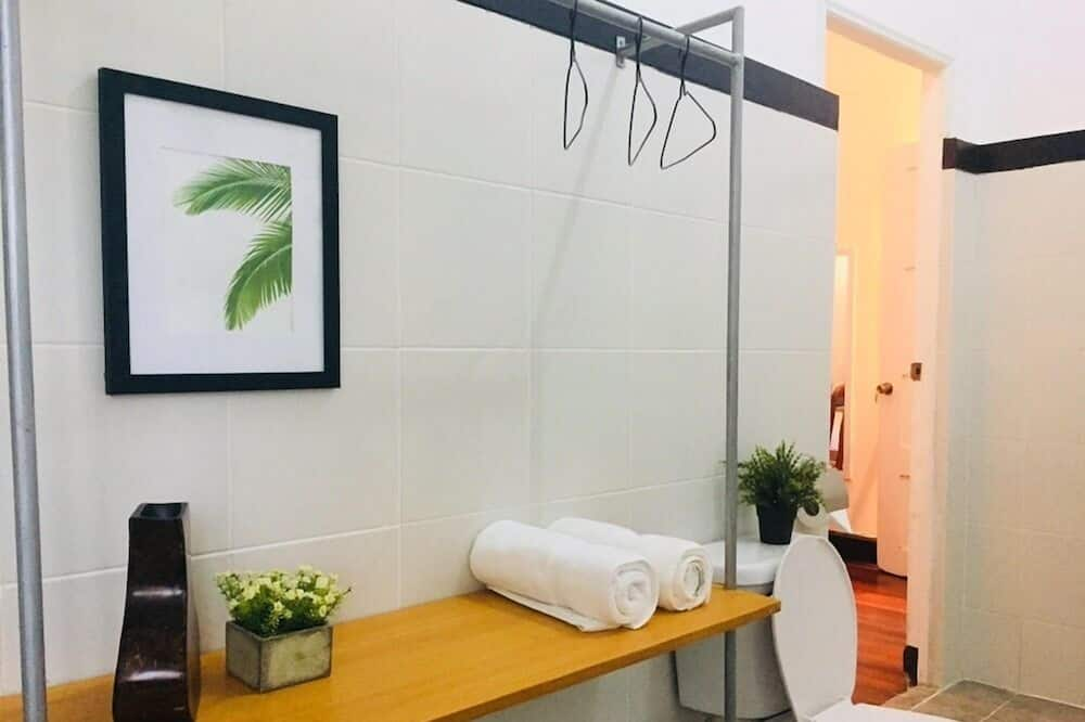 Family Suite, 2 Bedrooms, Connecting Rooms - Bathroom