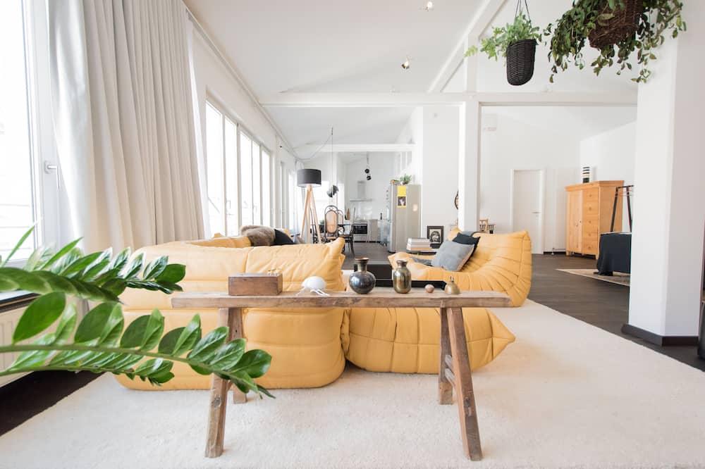 غرفة علوية - بشرفة - منطقة المعيشة