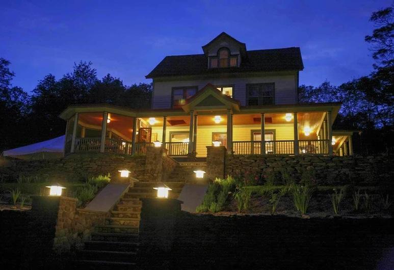 Breezy Hill Inn, Fleischmanns, Hotellets front – kveld/natt