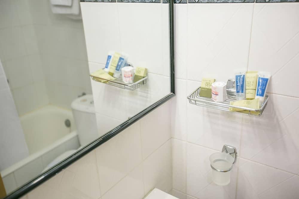 Habitación estándar con 1 cama doble o 2 individuales, 1 cama doble o 2 individuales, vistas al mar - Comodidades del cuarto de baño