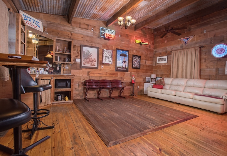 7F Lodge, College Station, Classic Cabin, 1 Queen Bed, Jetted Tub (Sully's Place), Living Area