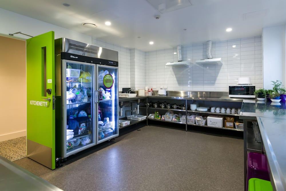 Basic négyágyas szoba, mozgássérültek számára is hozzáférhető - Közös használatú konyha