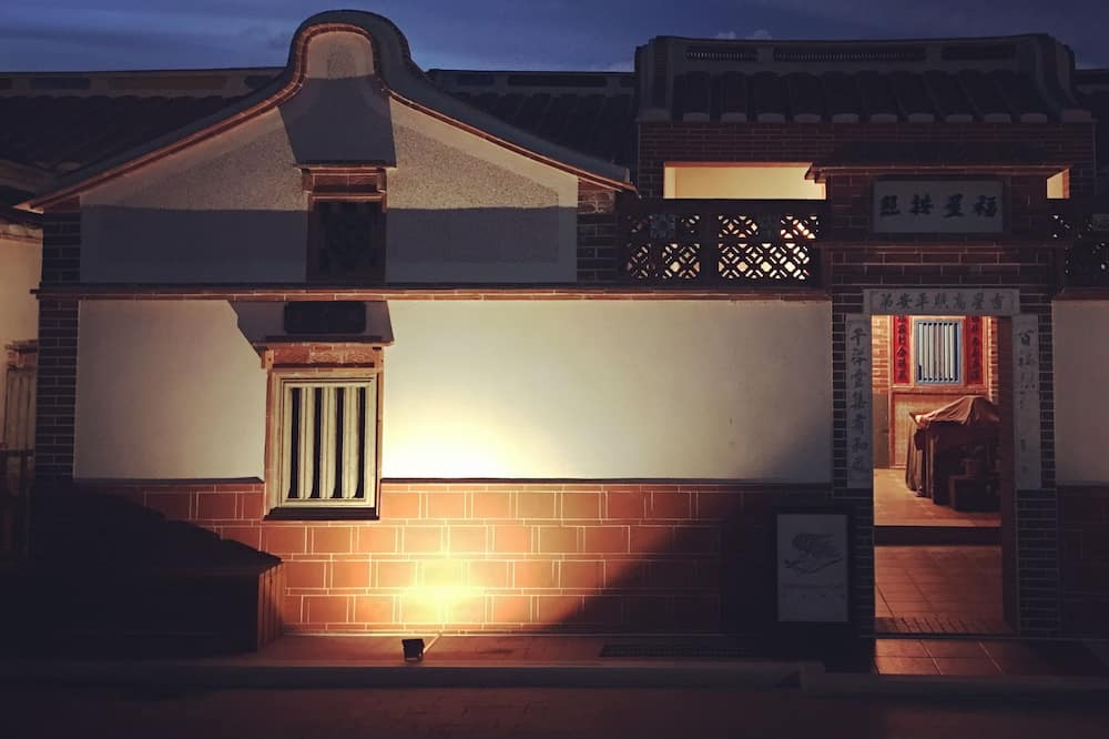 Фасад готелю (вечір/ніч)