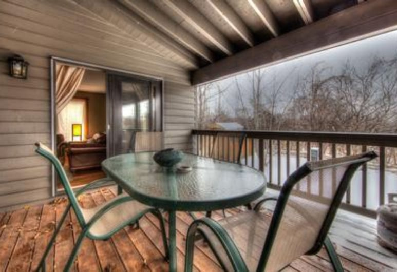 6 Bed Blue Mountain Executive Chalet with Hot Tub #157, Blue Mountains