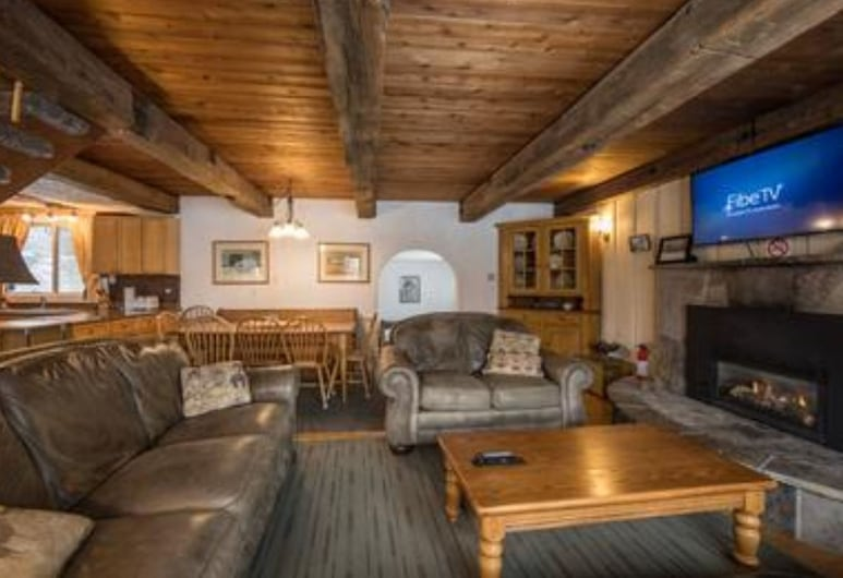 6 Bed Blue Mountain Cottage with Hot Tub #102 , The Blue Mountains, Cottage, 6 Bedrooms, 2 Bathrooms, Living Area