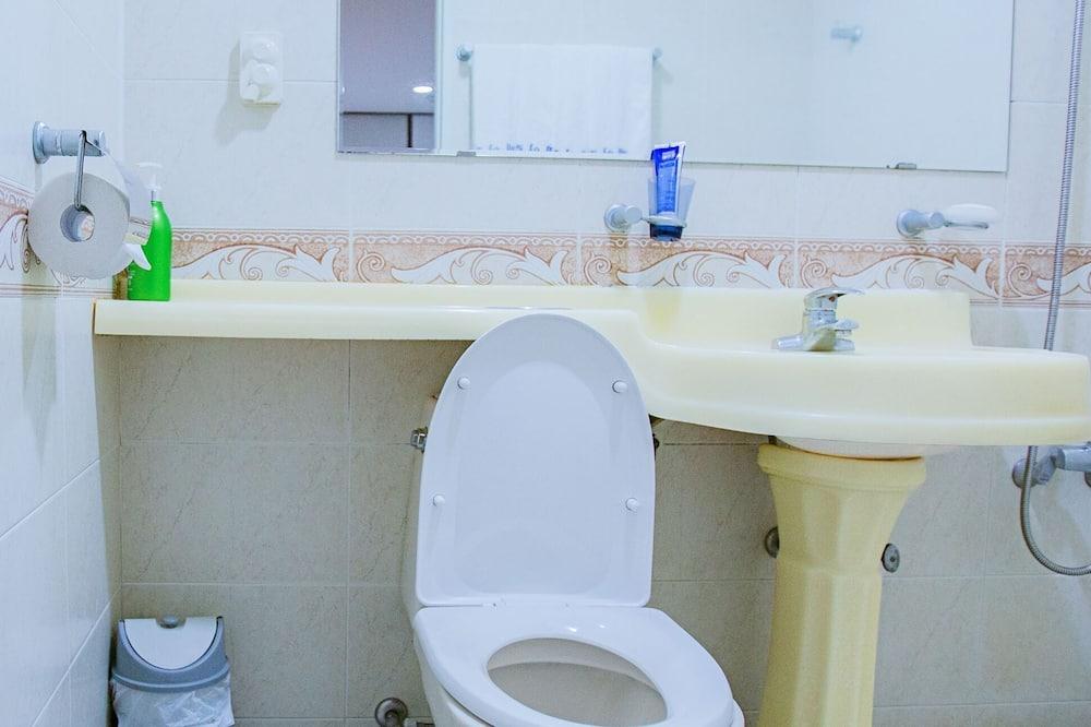 Basic Duplex - Bathroom