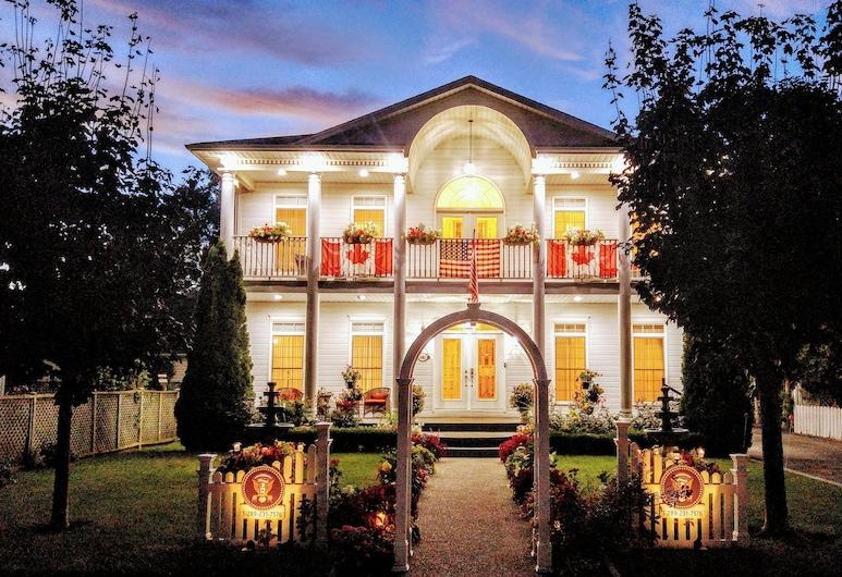 The White House Boutique Bed & Breakfast, Niagara-on-the-Lake, Fasada hotelu — wieczorem/nocą