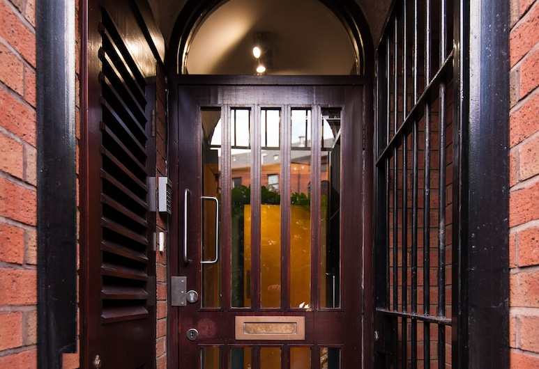 Russell Scott Backpackers Hostel, Leeds, Hotel Entrance