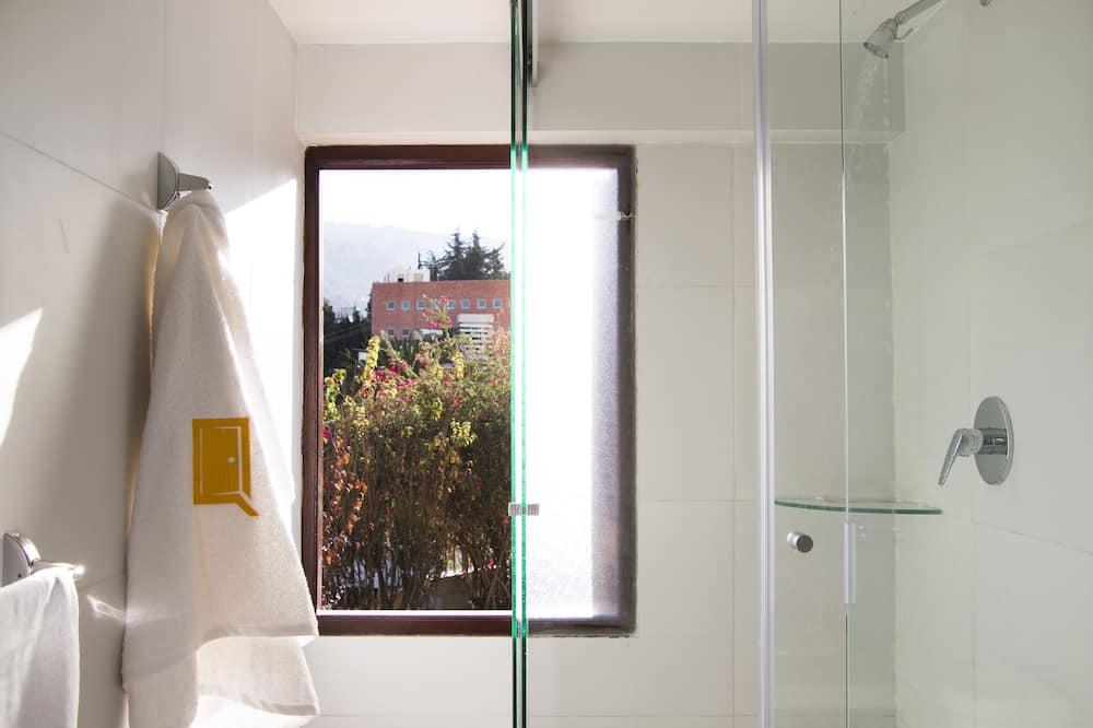 Deluxe-suite - 1 kingsize-seng - byudsigt - ved bjerg - Bruser på badeværelset