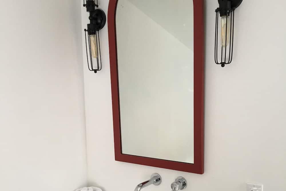 Classic Room, Multiple Beds - Bathroom