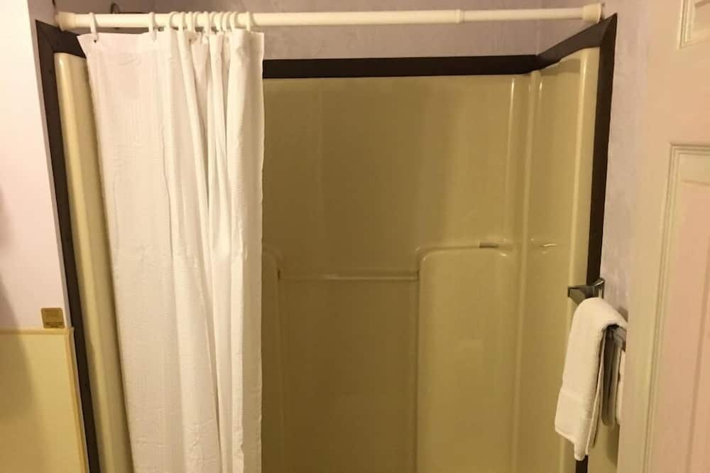 Soba, 2 bračna kreveta, pogled na resort - Tuš u kupaonici