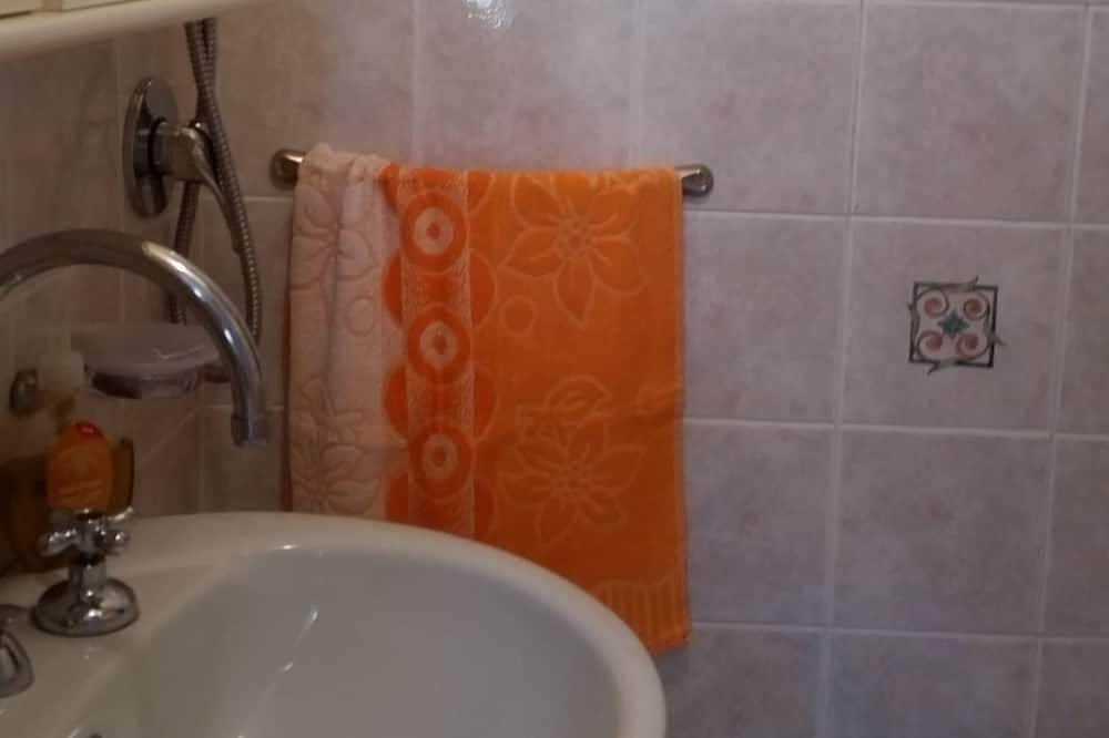 Maisonette, 1 Schlafzimmer - Waschbecken im Bad