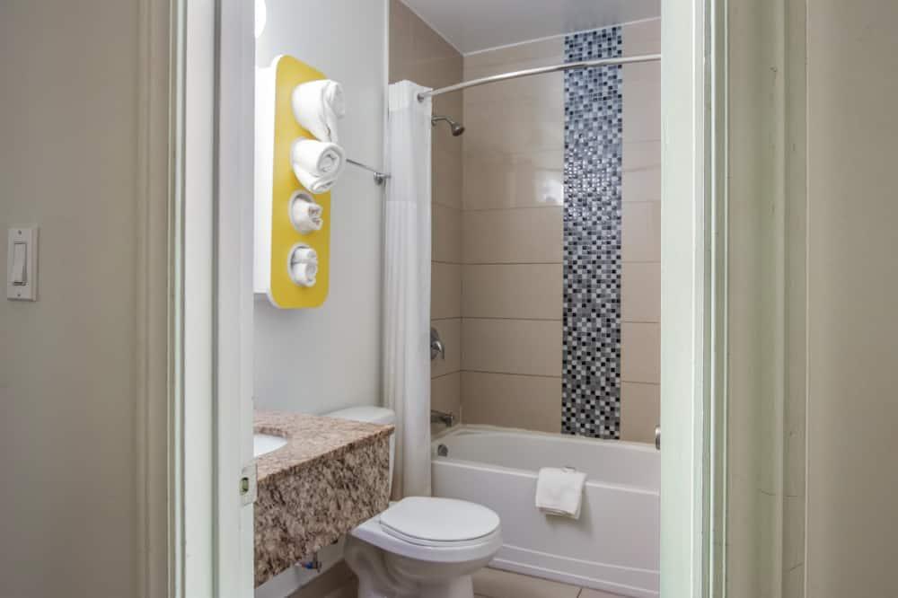 Deluxe Room, 1 Queen Bed, Non Smoking, Refrigerator & Microwave - Bathroom