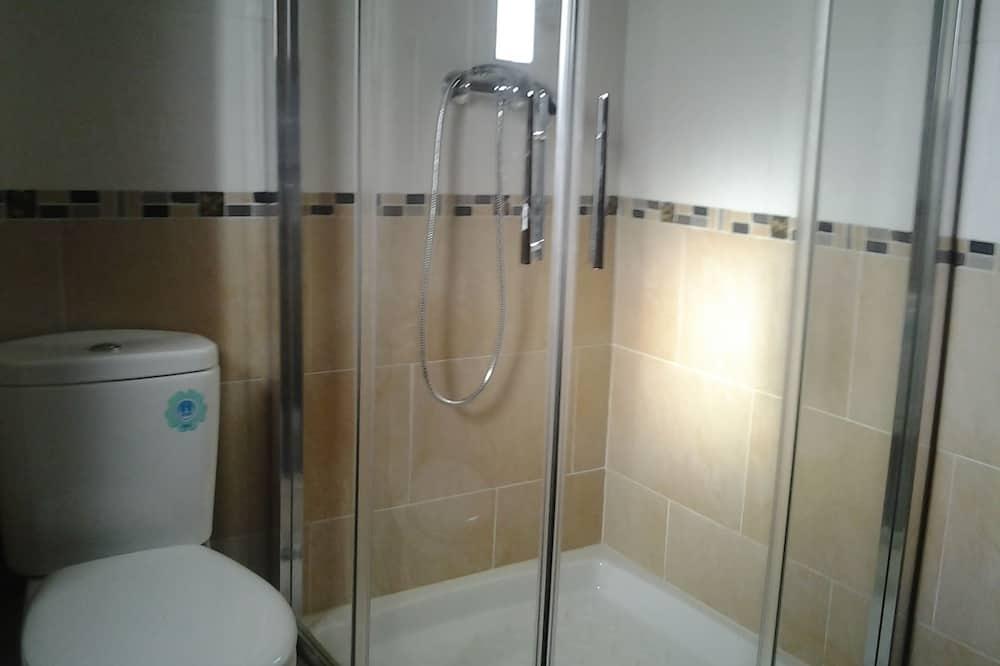 Szoba kétszemélyes ággyal, közös fürdőszoba - Fürdőszoba