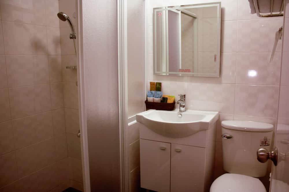 Standard Quadruple Room, 2 Double Beds - Bathroom