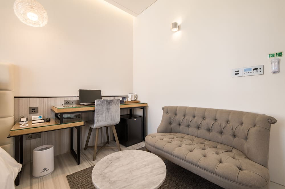 Suite, 1 Double Bed (Room randomly assigned upon check in) - Living Area