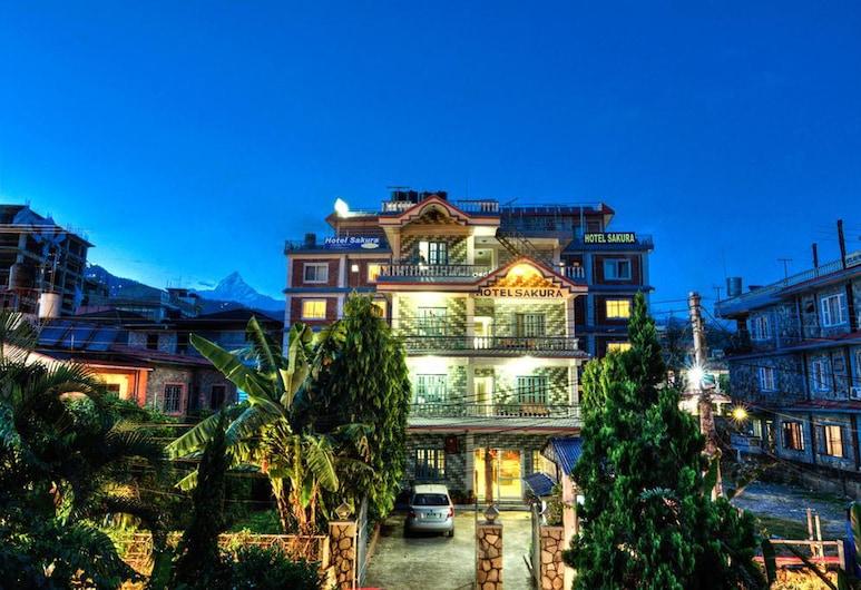 Hotel Sakura, Pokhara, Viešbučio fasadas vakare / naktį