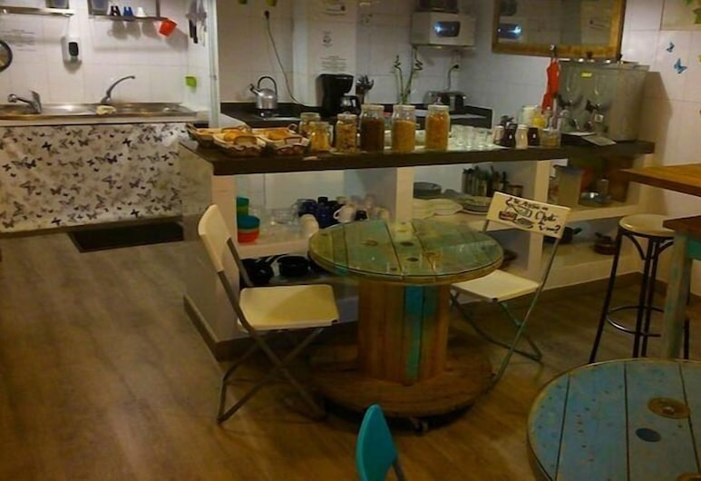 Hostel Los Amigos, Madrid, Basic Shared Dormitory, Women only, Shared Bathroom, Shared kitchen