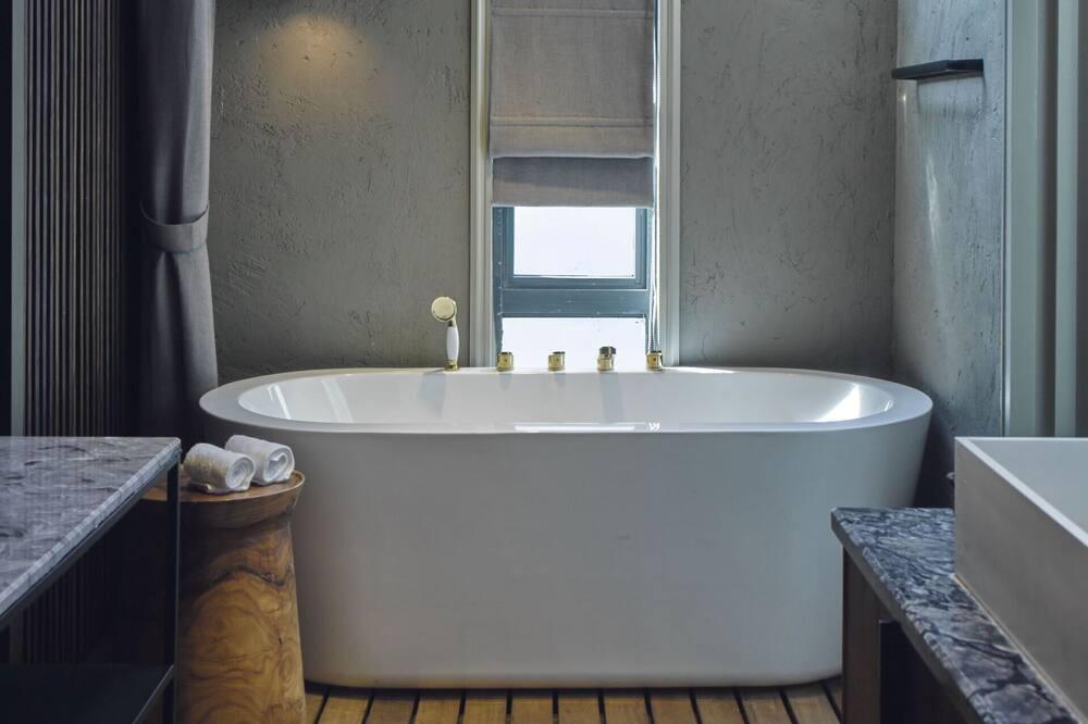 Theme Room with Bathtub - Bathroom