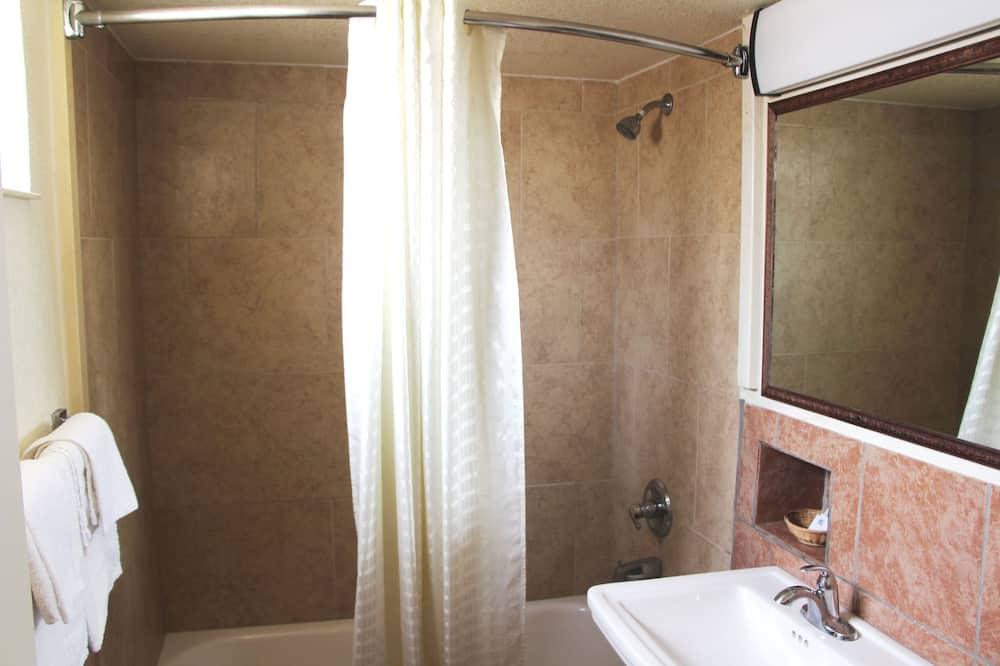 Kamar Double Ekonomi, 2 Tempat Tidur Double, lemari es & microwave - Kamar mandi
