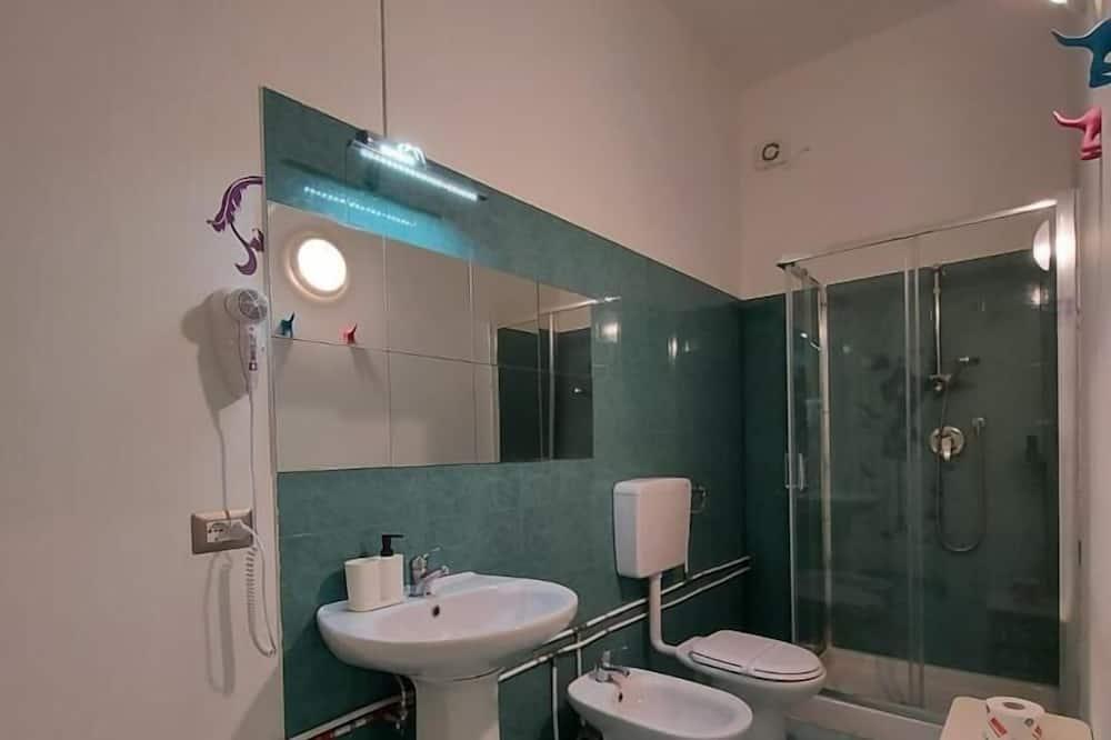 Eenvoudige driepersoonskamer, privébadkamer - Badkamer