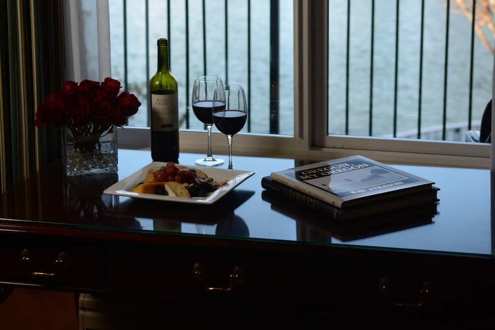 Premier Suite, 1 Bedroom, Lakeside - Guest Room