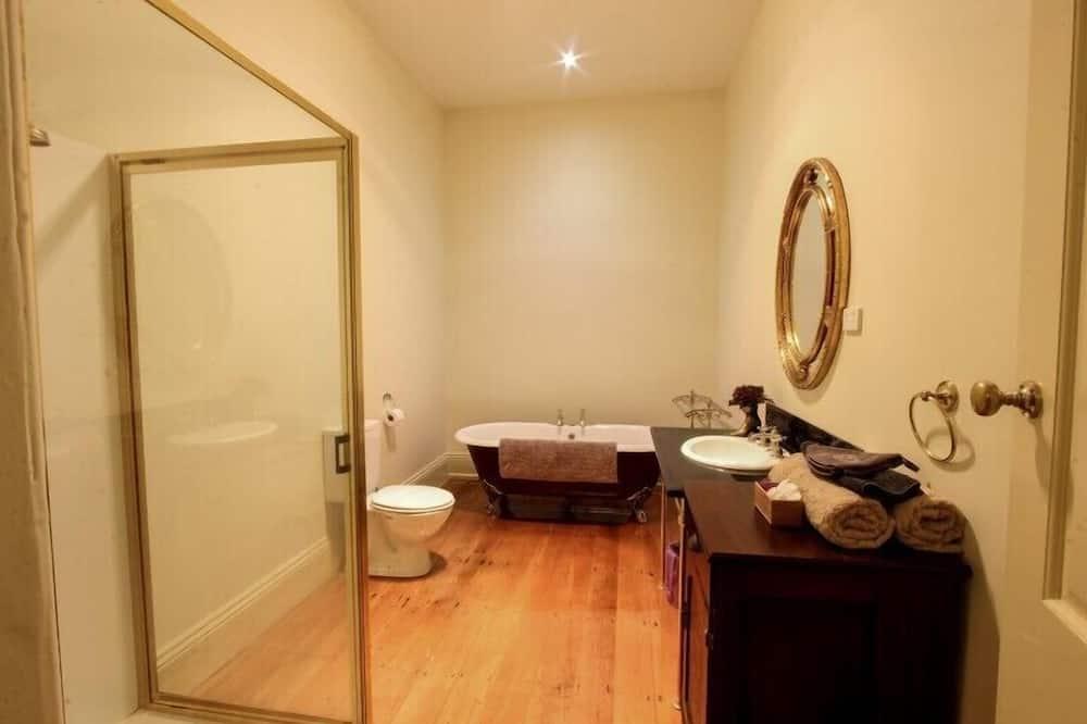 Cedar Room - Bathroom
