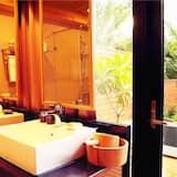 Keturvietis kambarys su patogumais, 2 standartinės dvigulės lovos, vaizdas į sodą, sodas - Vonios kambarys