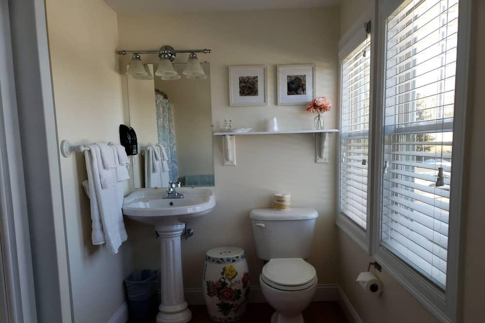 The Ogunquit Room - Bathroom
