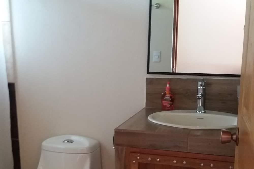 غرفة رباعية - غرفتا نوم - بمنظر للمسبح - حمّام