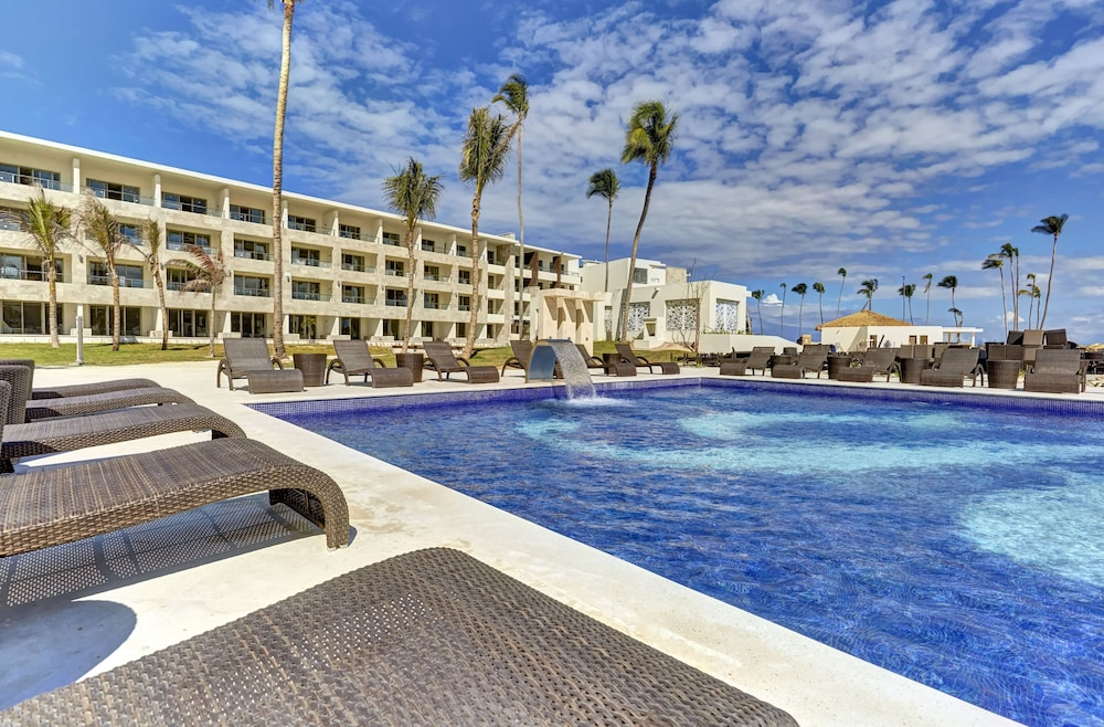 Book new royalton bavaro resort spa all inclusive in for Modern all inclusive resorts