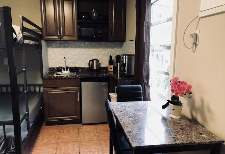 Sheridan Guesthouse, Dania Beach, Family Studio, Multiple Beds, Kitchenette, Garden View, In-Room Kitchen