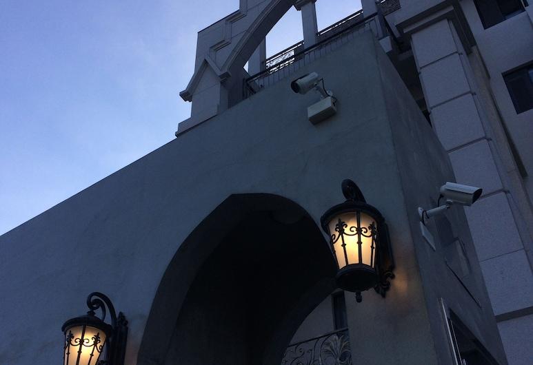 Angelwings, Hualiņa, Viesnīcas priekšskats vakarā/naktī