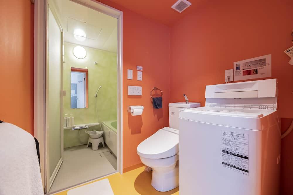 エコノミー ダブルルーム セミダブルベッド 1 台 浴槽 - バスルーム