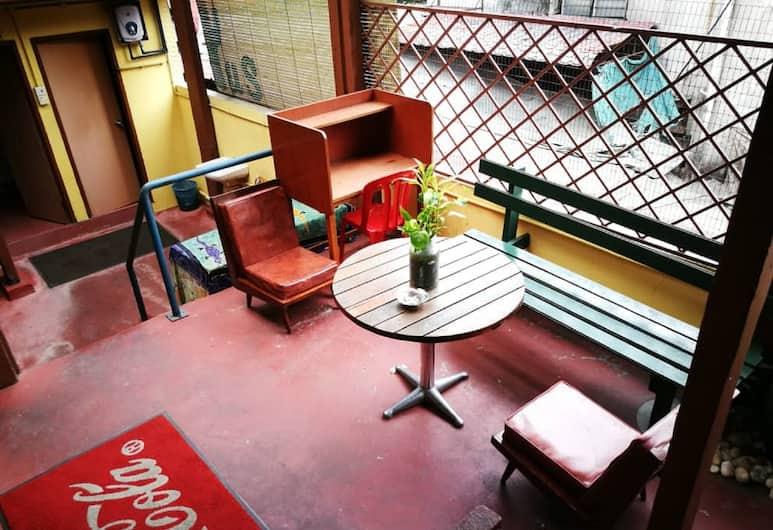 Grocers Inn Backpackers, Kuala Lumpur, Double Decker (Share Bathroom & Fan), Teras/Patio