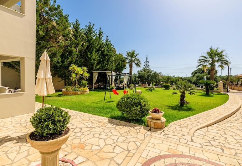 Remezzo Studios & Apts, Zakynthos, Αυλή
