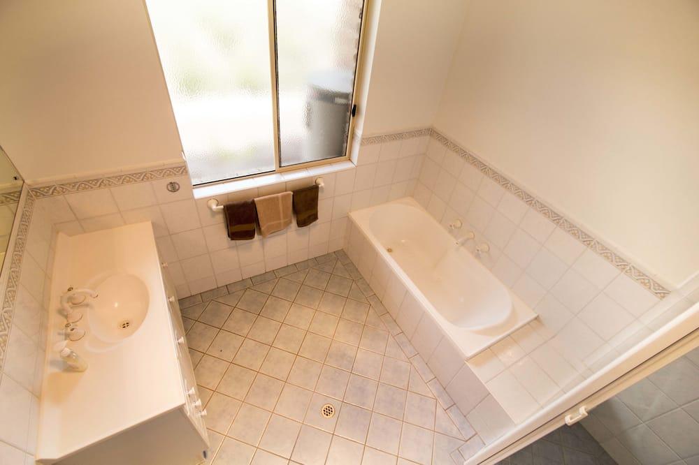House, 5 Bedrooms, River View - Bilik mandi