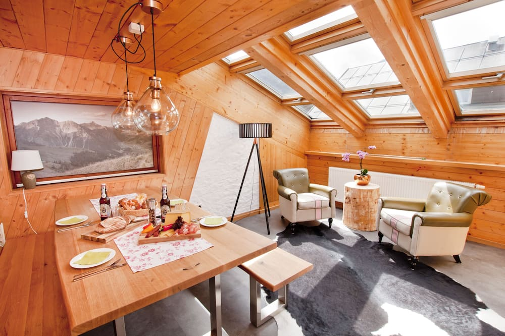 Улучшенная квартира, 3 спальни, камин - Зона гостиной