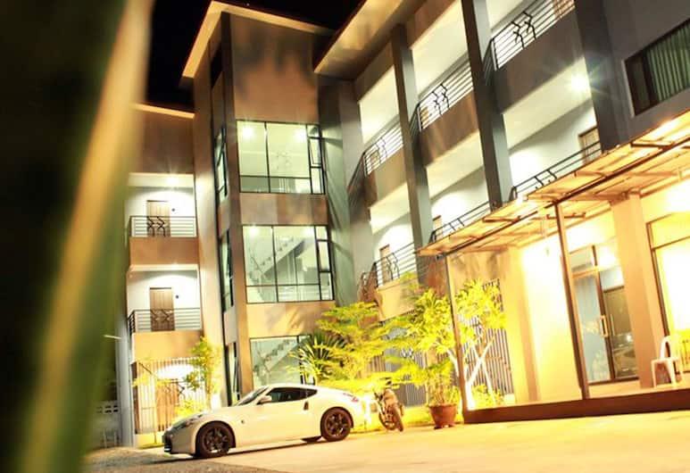House 945, Khon Kaen, Hotellets front – kveld/natt