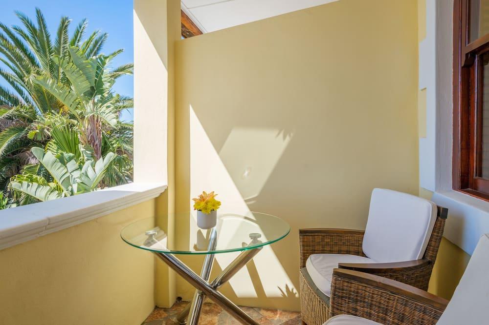 Bay Window Studio Apartment with balcony - Balcony