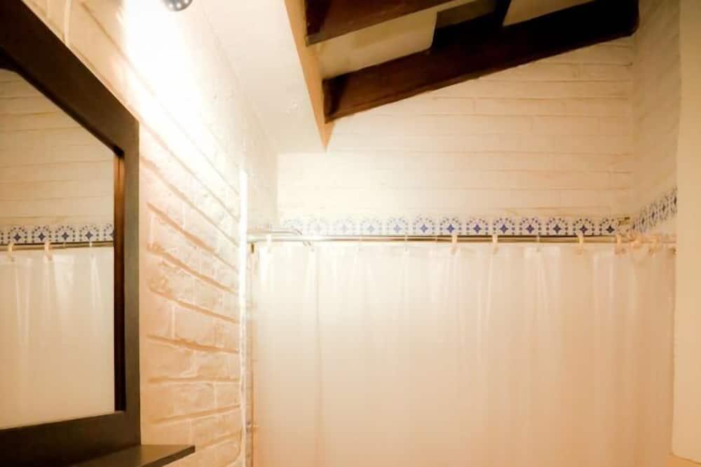 Basic Double Room, 1 Queen Bed, Shared Bathroom - Bathroom