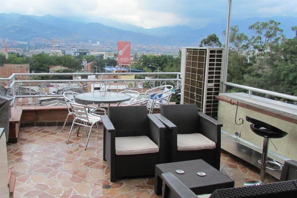 Business Penthouse, 3 Bedrooms, Hot Tub (3 Queen Beds) - Terrace/Patio