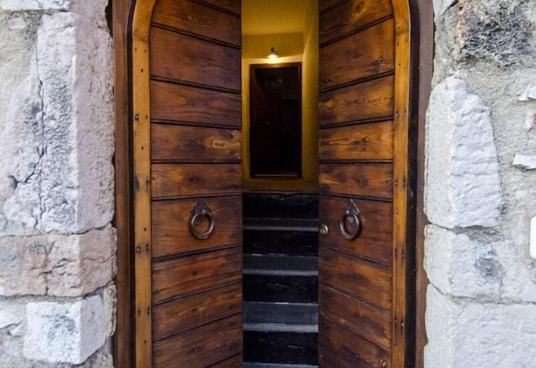 Casa della Torre in Borgo Medievale, Stroncone, Pintu masuk hartanah